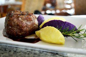 Mignon grelhado com purê de batata doce roxa e branca ao molho de vinho reduzido e gengibre (1)